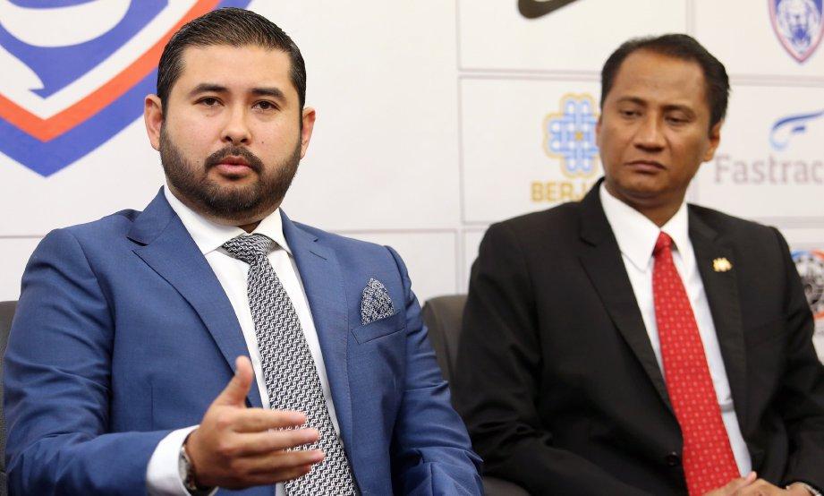 TUNKU Ismail (kiri) ketika berucap sidang media selepas majlis Kongres Kelab Bola Sepak (Johor DT) di Pusat Konvesyen Antarabangsa Persada, Johor Bahru. FOTO/MOHD AZREN JAMALUDIN