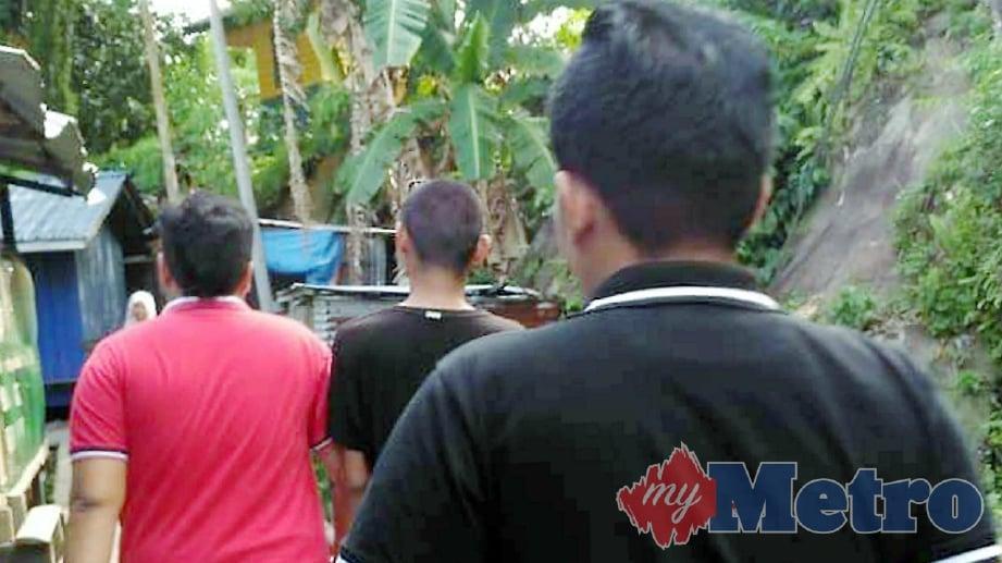 ANGGOTA AADK membawa suspek yang ditahan kerana disyaki terbabit dalam aktiviti penyalahgunaan dadah menerusi Ops Cegah, di Sandakan. FOTO Ihsan AADK
