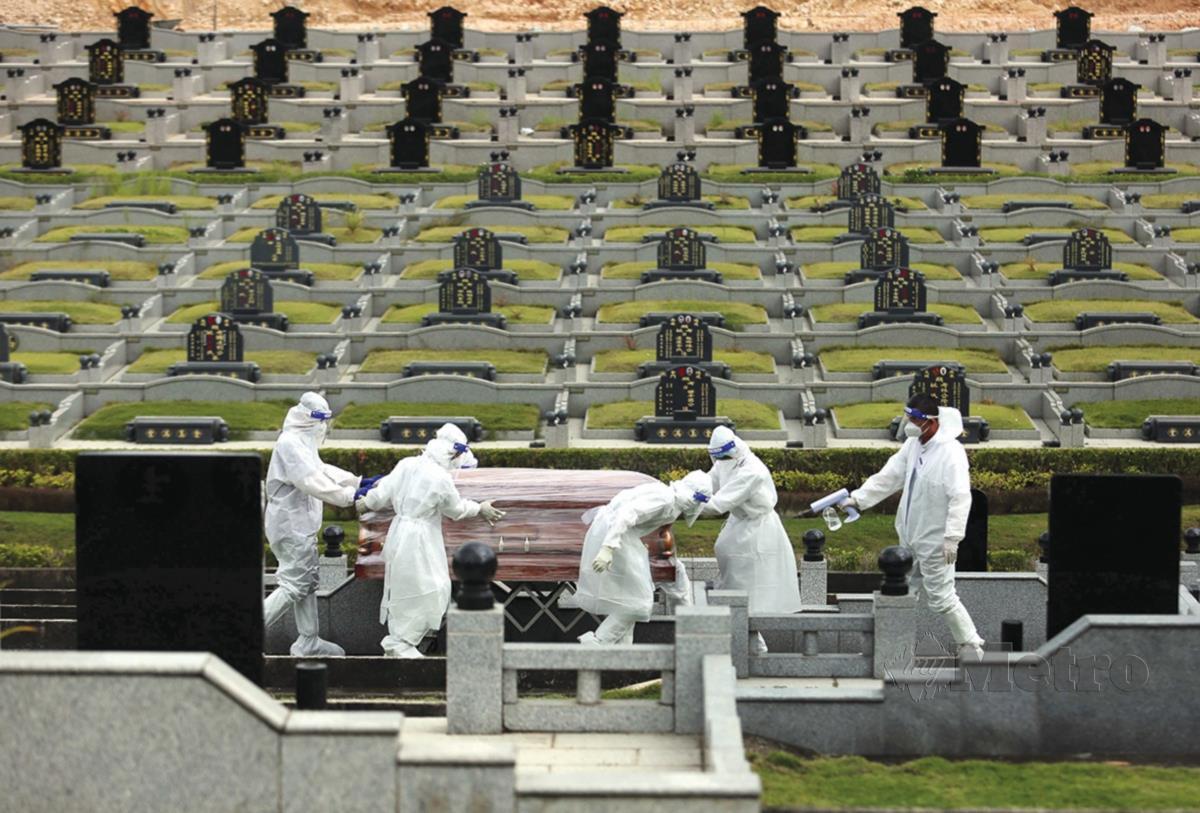 Suasana sekitar pengebumian jenazah COVID-19 bagi bukan islam di Bliss Gardens Memorial Park, Setia Alam. FOTO Muhd Asyraf Sawal