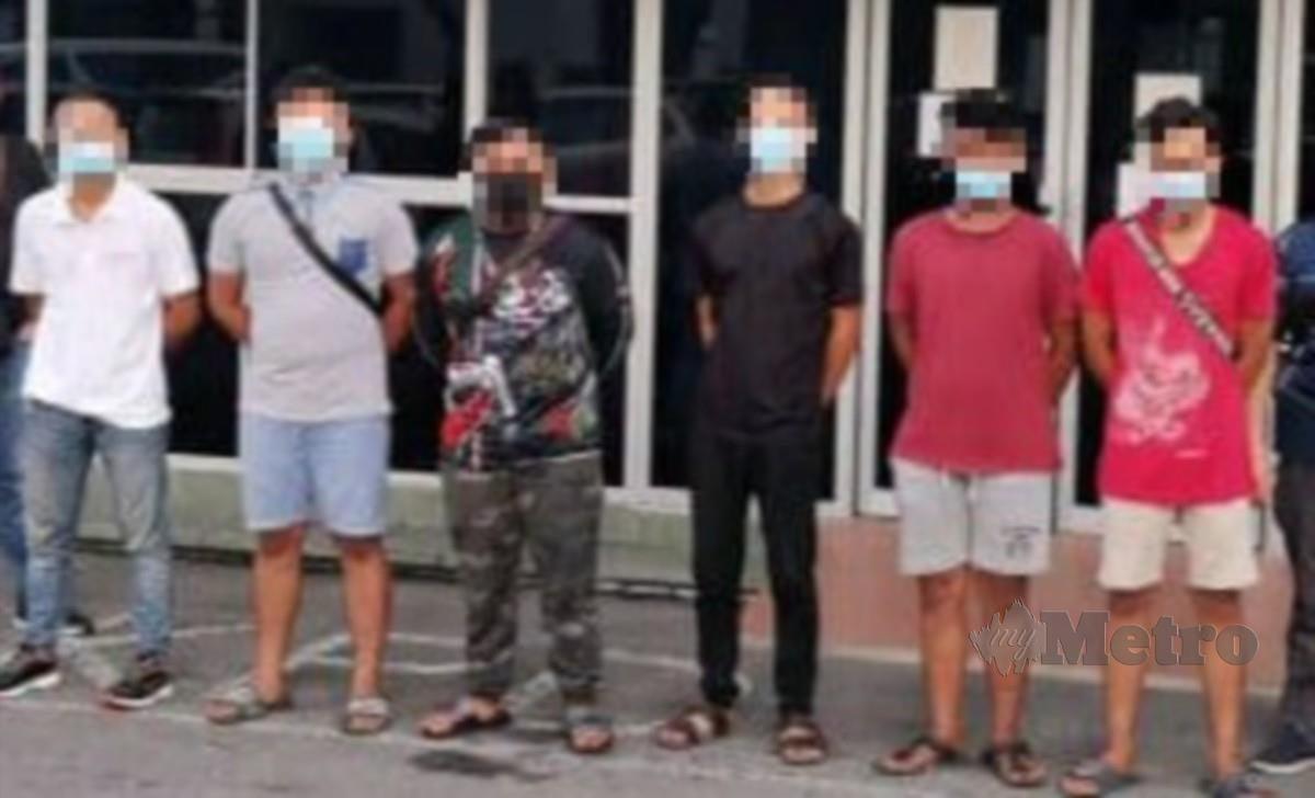 Enam lelaki terlibat dalam pergaduhan di hadapan Kedai Fruits City, Jalan Kwang Tung, Miri, ditangkap pihak polis petang semalam. FOTO NORSYAZWANI NASRI