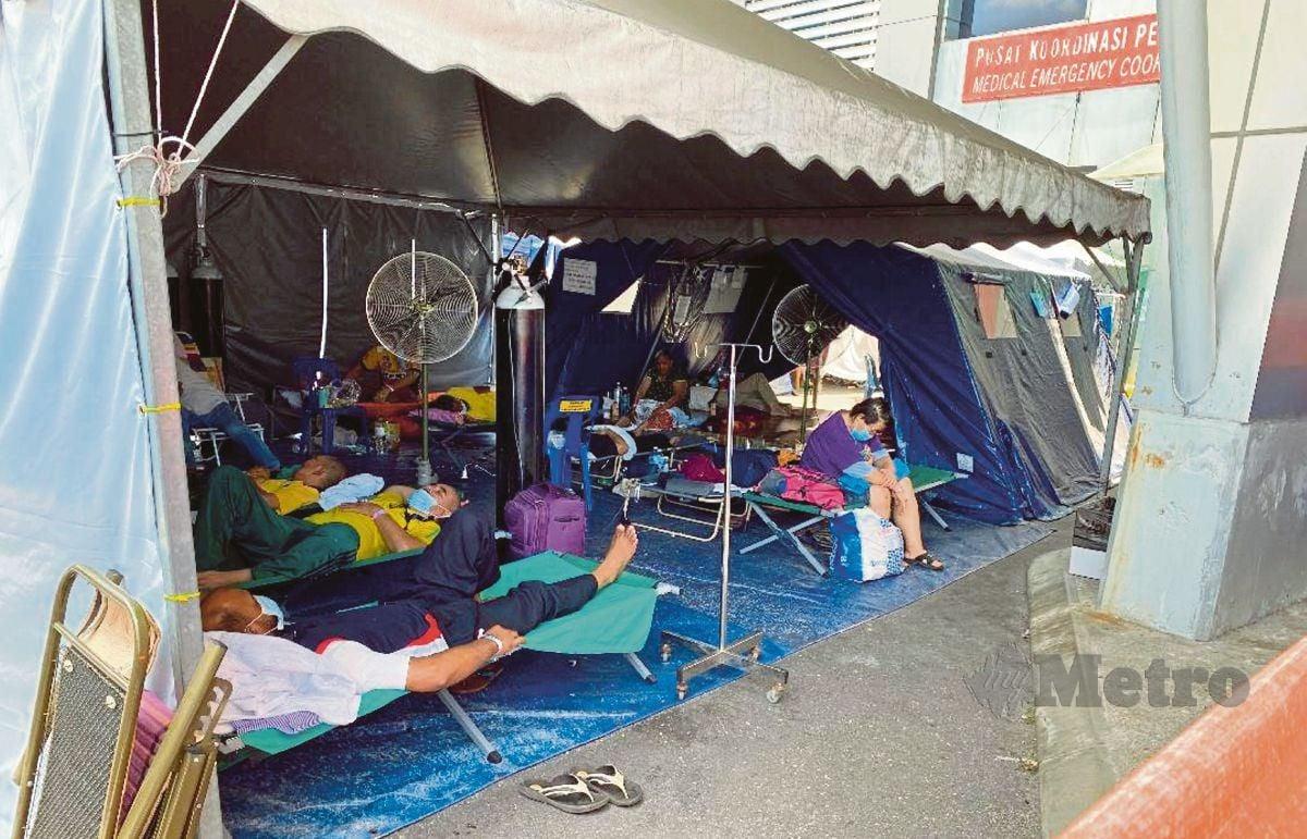 Keadaan penempatan pesakit Covid-19 yang ditempatkan dibawah khemah di wad kecemasan Hospital Serdang. FOTO MOHD FADLI HAMZAH