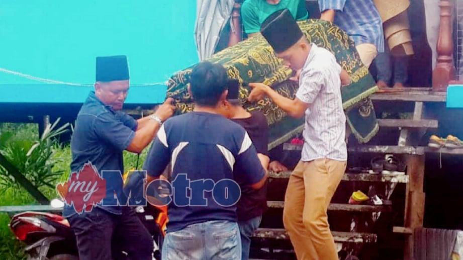 JENAZAH Farhan Lukman Abdullah, dua tahun, yang meninggal dunia akibat penyakit tangan, kaki dan mulut (HFMD) diusung sebelum selamat dikebumikan di Tanah Perkuburan Islam Kampung Lemang Pek Daro. FOTO Khalid Latip