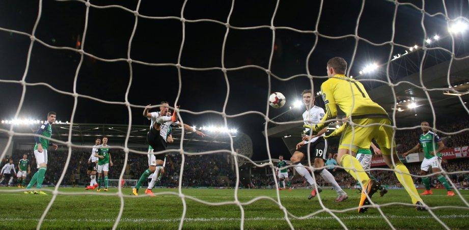 PENJAGA gol Ireland Utara,  Michael McGovern menyelamatkan percubaan pemain Jerman, Sandro Wagner. FOTO/AFP