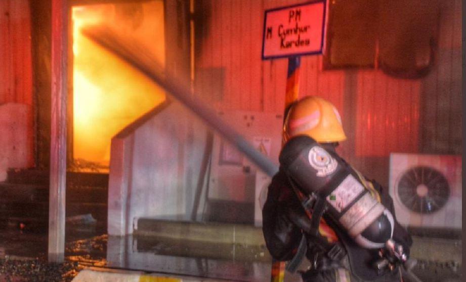 BOMBA memadam kebakaran berkenaan. FOTO Twitter