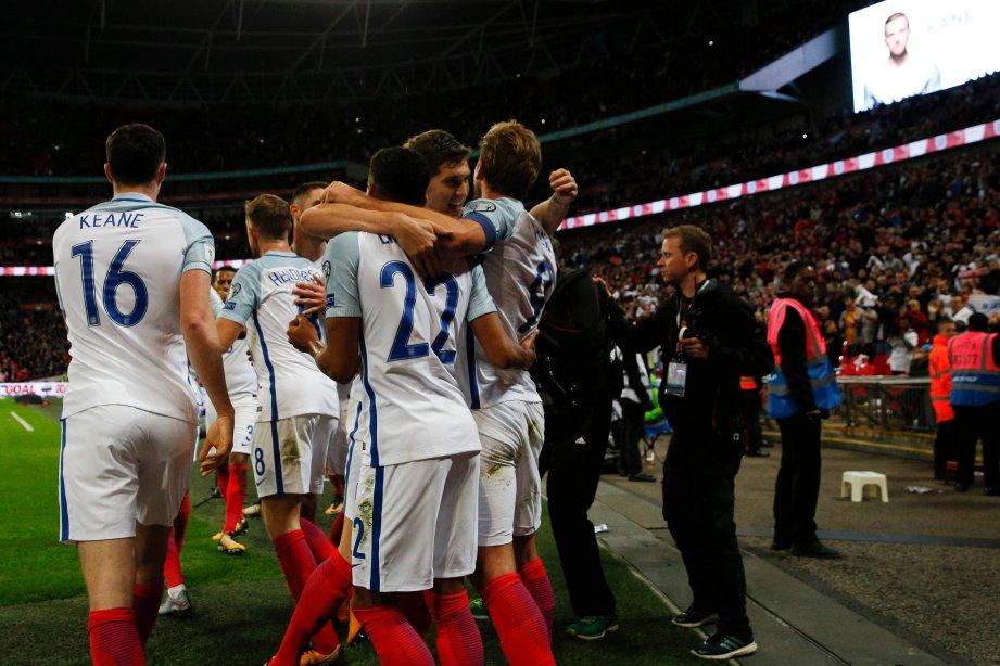 KANE (kanan) meraikan gol bersama rakan sepasukan. FOTO/AFP