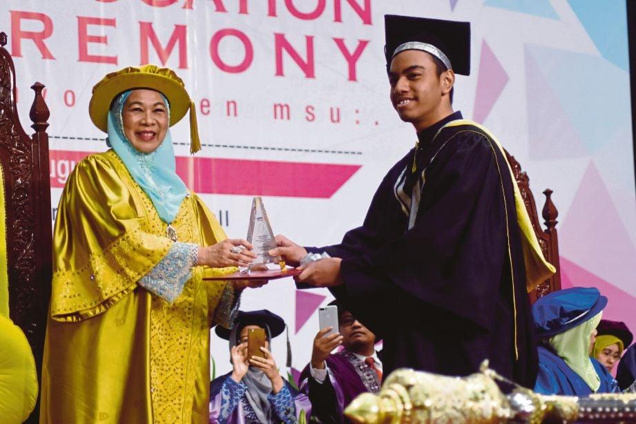 DANISH Haikal menerima Anugerah Presiden daripada  Tuanku Hajah Haminah, semalam.