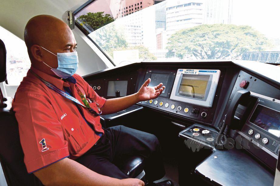RAMLI fokus  ketika  mengendalikan tren bagi memastikan keselamatan penumpang terjamin.