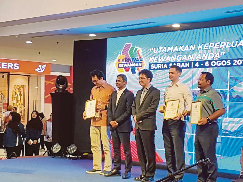 Pemenang Anugerah Khas sempena Karnival Kewangan Sabah 2017 bersama Abdul Rasheed (dua dari kiri) dan Raymond (tengah).