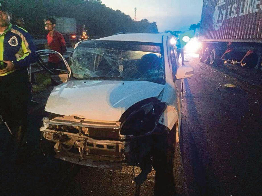 KEADAAN kereta mangsa selepas terbabas melanggar pembahagi jalan.