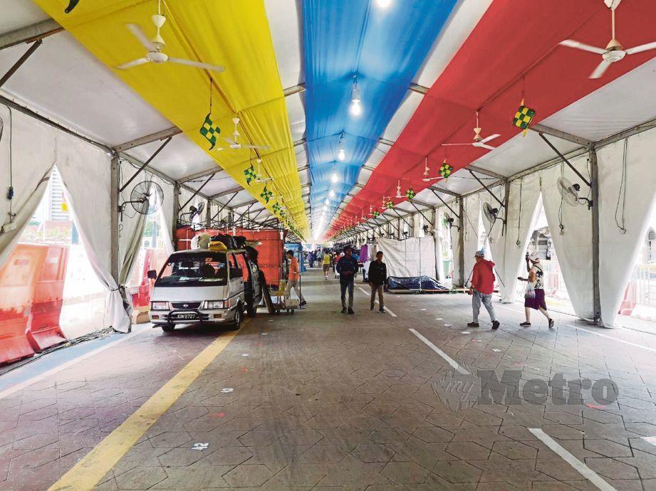 SUASANA bazar Ramadan Jalan Raja yang masih lengang berikutan banyak gerai masih belum beroperasi.