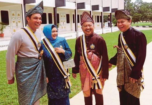 DARI kiri, Hans, Ziela, Ketua Komunikasi kepada Menteri Pertahanan, Datuk Azmi Akop  dan Norman selepas dikurniakan gelaran Datuk oleh Sultan Pahang.