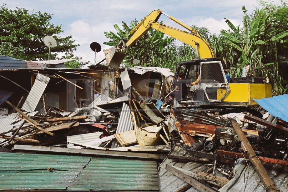 PENGUAT kuasa MPSJ    merobohkan premis besi buruk  haram di Kampung Bukit Lanchong, Subang Jaya.