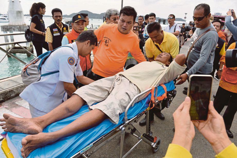MANGSA terselamat dikejarkan ke hospital. - Reuters