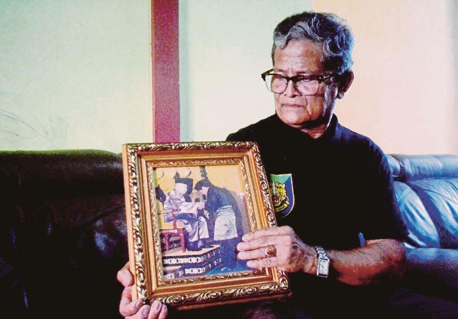 HARIS  menunjukkan gambar anugerah khas dari Istana Arau atas jasanya  menentang komunis. Gambar kecil, ketika beliau sertai latihan dalam Regimen Gerak Khas Malaysia (RGKM).