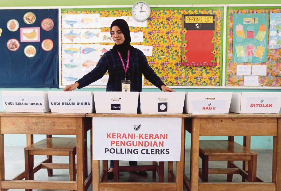 PERSIAPAN dilakukan di pusat mengundi di Sekolah Kebangsaan Sri Kelana, Kelana Jaya.