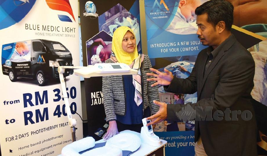 KARTINA bersama Faizal membincangkan kebaikan fototerapi di rumah.