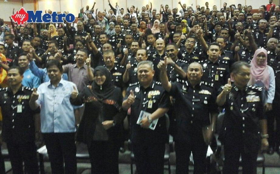 TIMBALAN Ketua Polis Kedah Datuk Abdul Jalil Haasan (tengah) bersama peserta selepas program Kecelaruan Sosial Ancaman Dadah dan Perpaduan di UUM sebentar tadi. FOTO Rahmat Othman