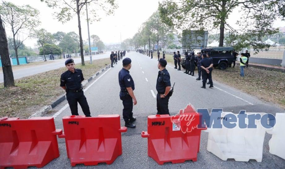 ANGGOTA polis berkawal di luar Dewan Demesne Pejabat Daerah/Tanah Hulu Langat pada Penamaan Calon Pilihan Raya Kecil N27 Balakong. FOTO Rosela Ismail