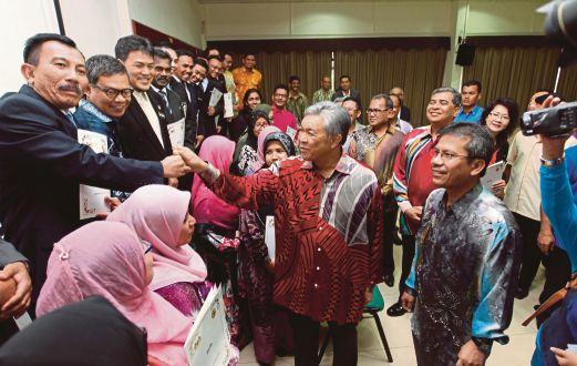 ZAHID bermesra bersama peserta selepas merasmikan penutup RTD di AIMM Port Dickson.