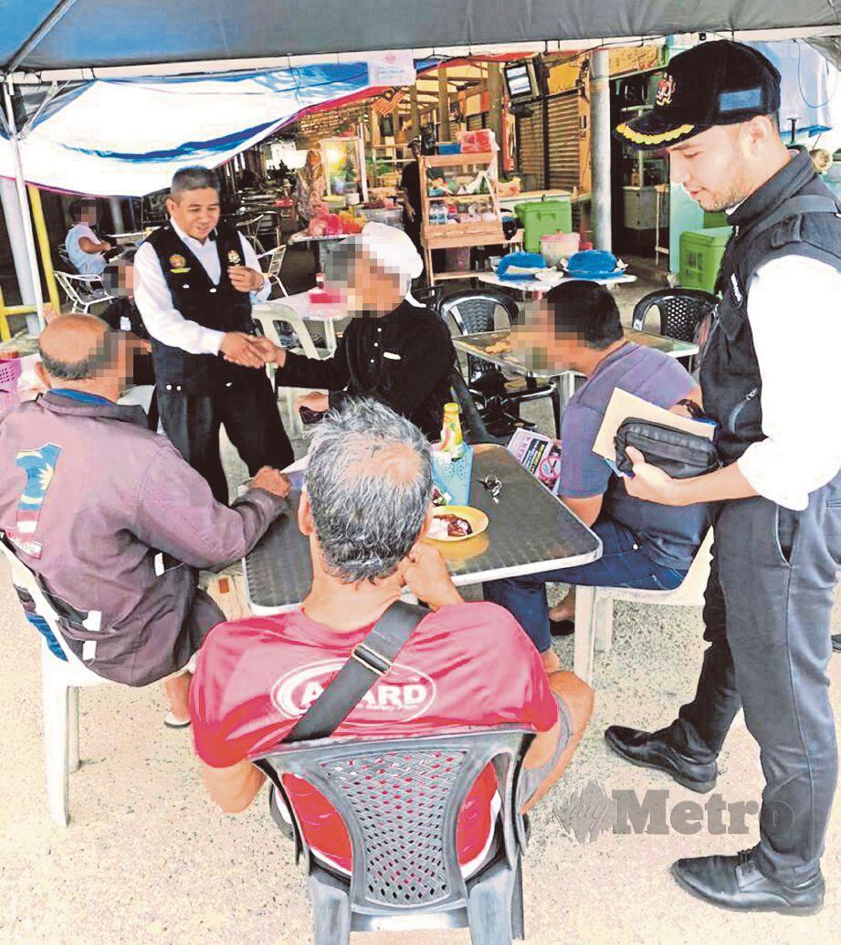 PEGAWAI dan anggota penguat kuasa Jabatan Kesihatan negeri mengadakan operasi penguatkuasaan larangan merokok di premis kedai makan dan restoran di Kuala Terengganu.
