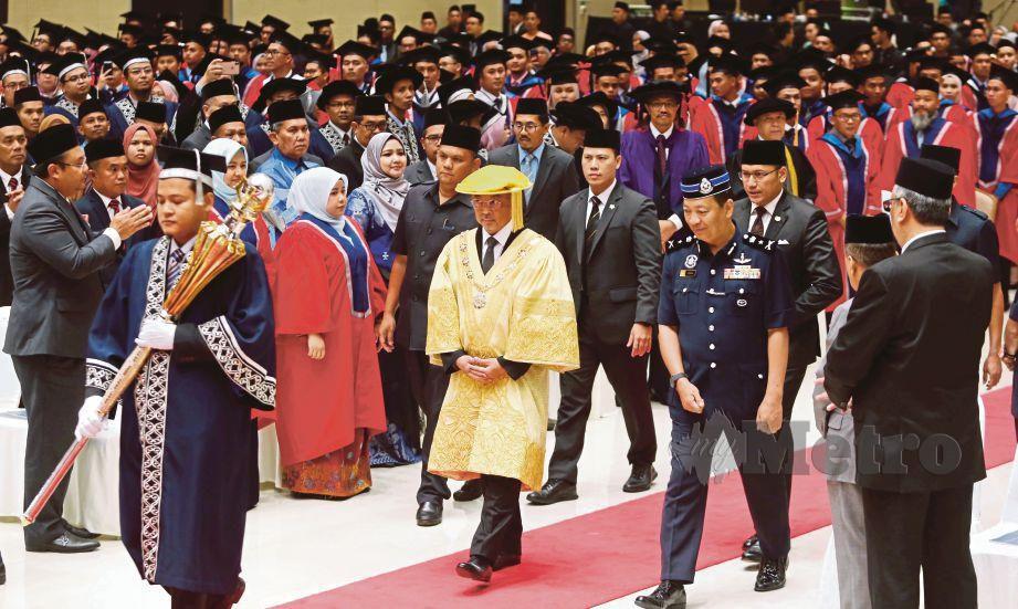 AL-Sultan Abdullah Ri'ayatuddin merasmikan Majlis Konvokesyen Ke-6 DRB Hicom University Of Automotive di Pekan. FOTO Farizul Hafiz Awang