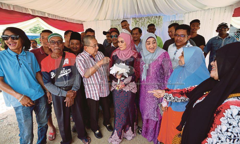 ISA (tiga dari kiri) bersama Puan Sri Bibi Sharliza Mohd Khalid (tiga dari kanan) bersama pengantin, Nur Farra Shuhada Md Zain (tengah).