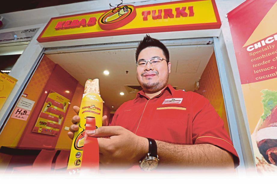 AFANDI Oh menunjukkan pembungkusan kebab yang memudahkan pelanggan menikmatinya.