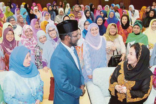 Rosmah berbual bersama Dr Farid selepas Ceramah Perdana di Bangunan BAKTI Siti Hasmah, semalam.