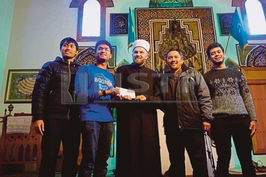 SUKARELAWAN program Hope For Bosnia menyerahkan sumbangan kepada imam masjid di Bosnia.