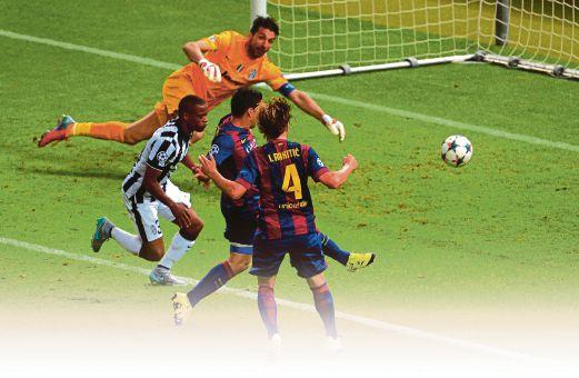 SUAREZ (dua kanan) jaring gol kedua Barcelona.