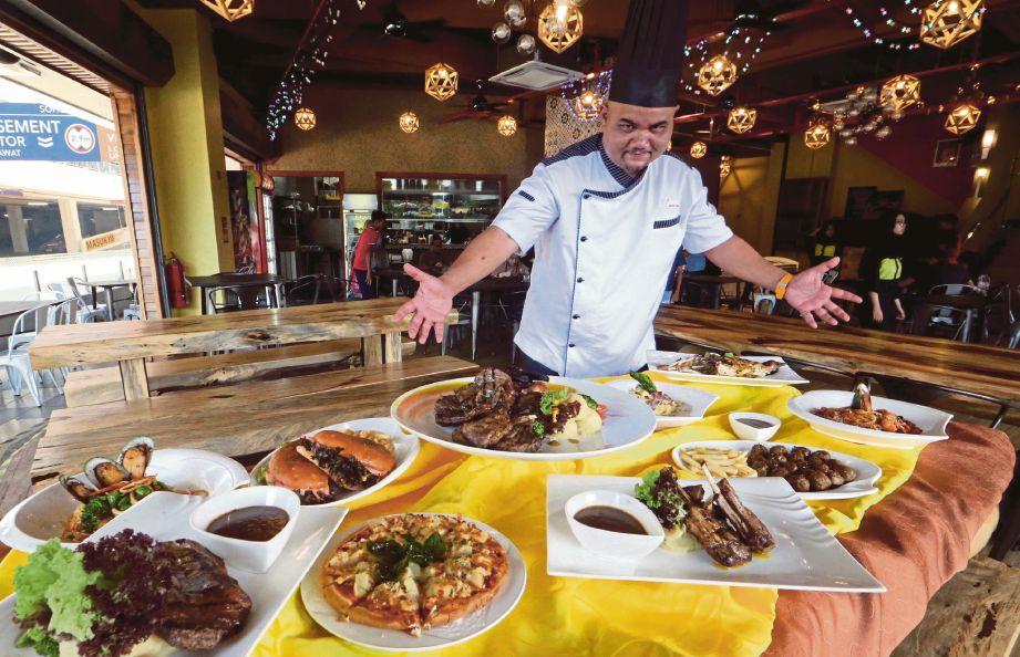 KETUA Cef Me'nate, Cef Muhammad Fazli Abdullah menunjukkan pelbagai hidangan di Me'nate Steak Hub.