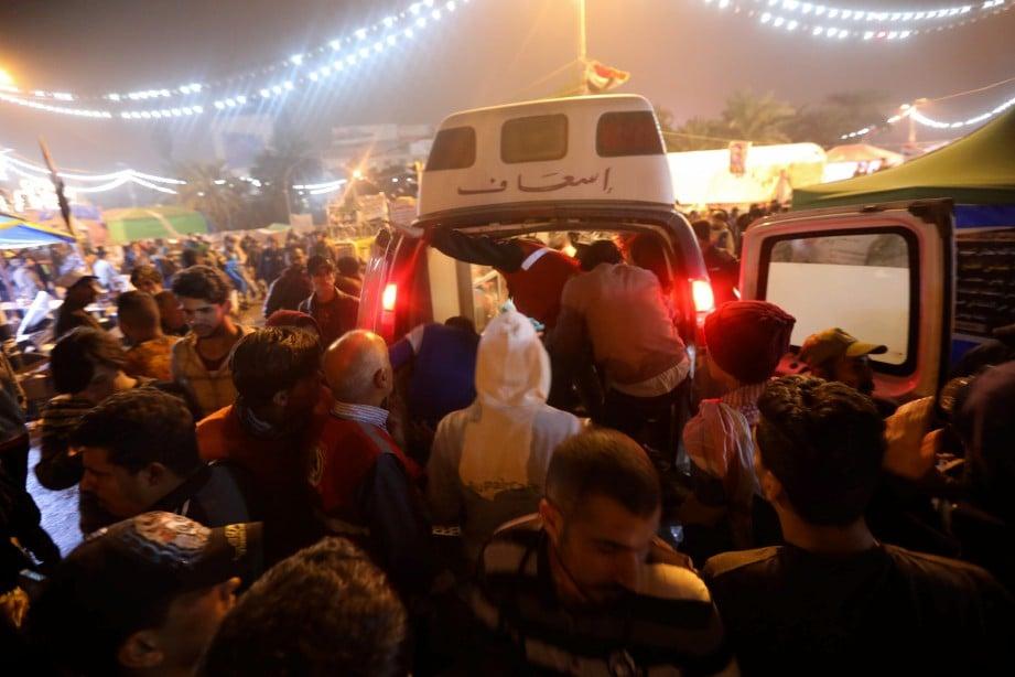 AMBULANS membawa mengsa yang cedera untuk rawatan di Baghdad. FOTO AFP