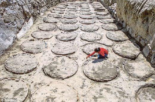 SEORANG arkeologi asyik bekerja untuk membongkar pusara balang di Van, Turki.