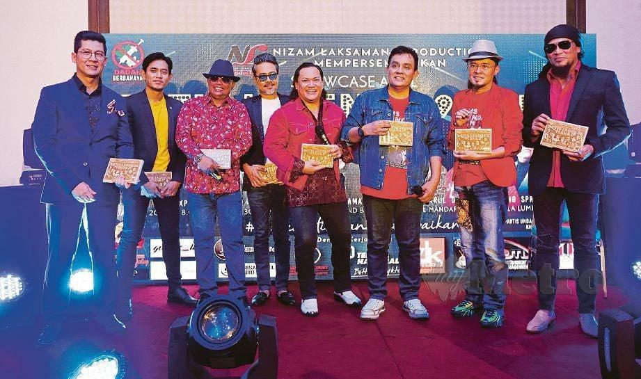 NIZAM (tiga dari kanan) bersama artis yang membuat persembahan (dari kiri), Zarul, Khai, Amir, Sham, Ameng, G-mie dan Ali. FOTO Aziah Azmee