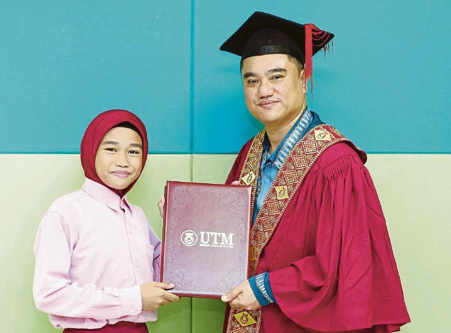 PELAJAR turut menerima skrol seperti majlis graduasi.