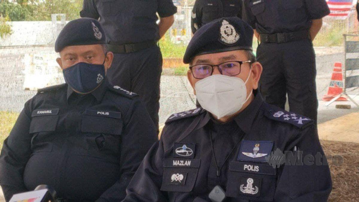 Timbalan Ketua Polis Negara, Datuk Seri Mazlan Lazim (duduk) menandatangi buku lawatan di SJR Jalan Kuala Kedah ketika melakukan pemantauan di kawasan PKPD Kuala Kedah. FOTO ZULIATY ZULKIFFLI