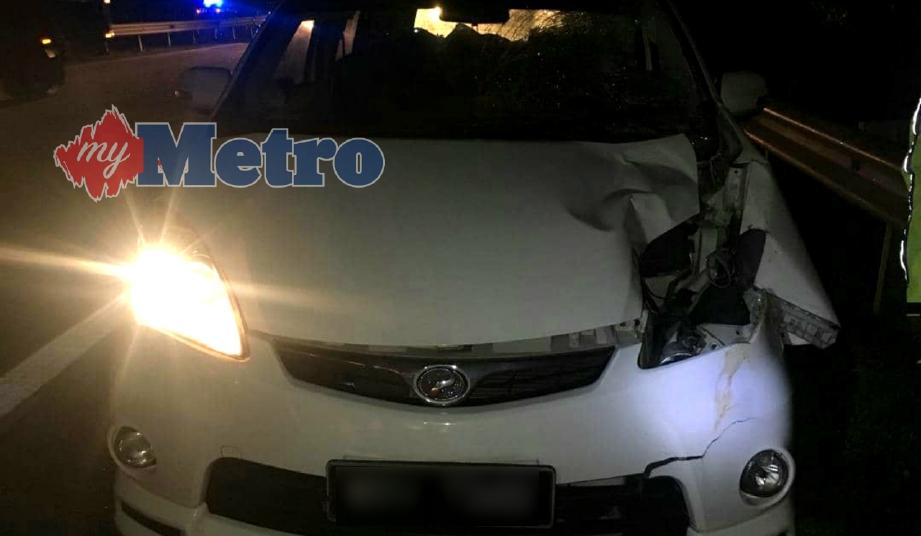 KEADAAN Perodua Alza yang remuk di bahagian tepi selepas melanggar pejalan kaki  di Kilometer 70.4 Lebuhraya Utara Selatan arah selatan. FOTO Ihsan PDRM