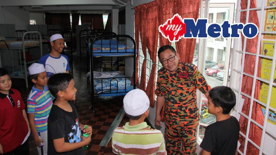 ANGGOTA JBPM Negeri Sembilan memeriksan keadaan di Yayasan As Sofa hari ini. FOTO Adzlan Sidek