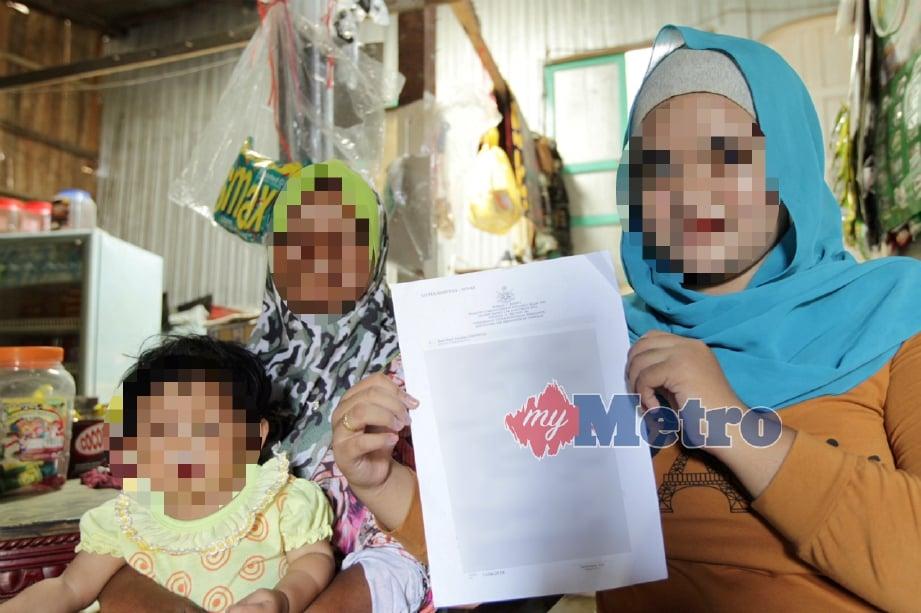 ANAK bongsu daripada 13 adik beradik bersama ibu dan anak saudaranya menunjukkan surat kebenaran kahwin  dengan pasangan berusia 44 tahun pada 18 Julai lalu. FOTO Syamsi Suhaimi