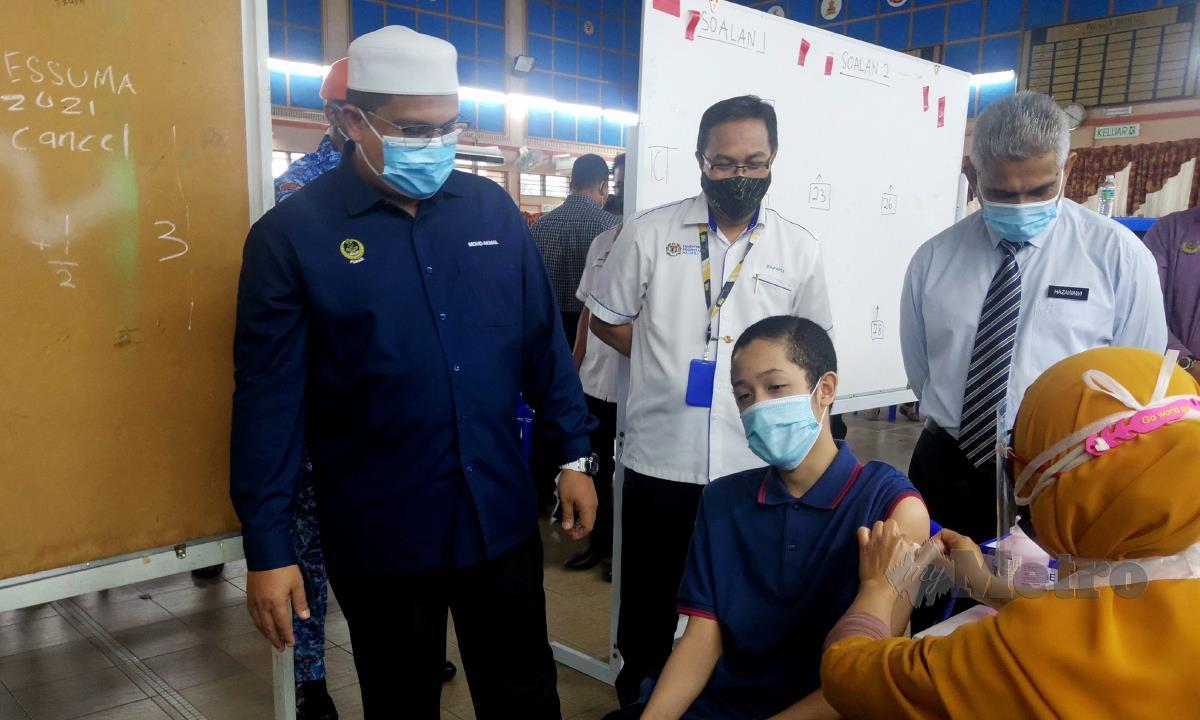 Pengerusi Jawatankuasa Kesihatan, Sains, Alam Sekitar dan Teknologi Hijau negeri, Mohd Akmal Kamarudin membuat lawatan ke Program Imunisasi Covid-19 Kebangsaan (PICK) Remaja di Sekolah Izzudin Shah, Jalan Sultan Azlan Shah. FOTO BALQIS JAZIMAH ZAHARI