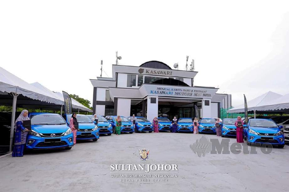 Sultan Johor, Sultan Ibrahim Iskandar berkenan mengurniakan 10 kereta jenis Perodua Myvi kepada 10 jururawat yang bertugas di Wad Diraja Hospital Sultanah Aminah (HSA) Johor Bahru, hari ini. FOTO IHSAN ROYAL PRESS OFFICE