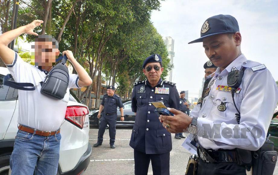ANTARA warga Singapura yang ditahan bagi menjelaskan saman tertunggak di Johor Bahru, semalam. FOTO Mohd Sabran Md Sani