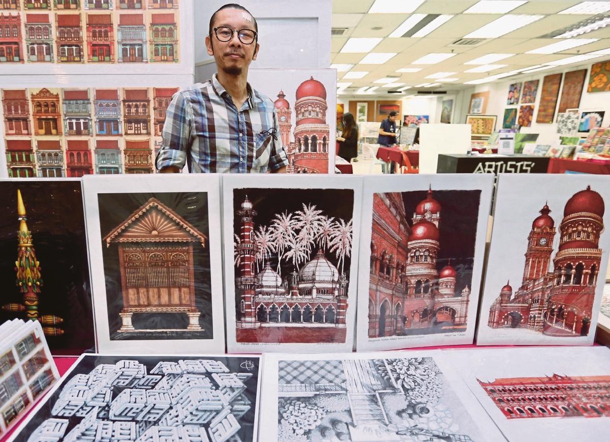 KHALID berkongsi minat terhadap bangunan warisan dengan pengunjung Artists' Corner.