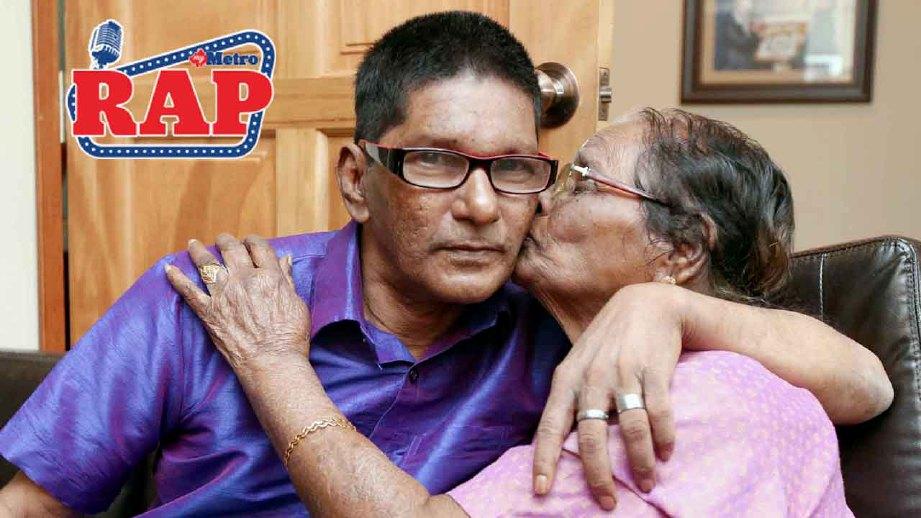 Ben Nathan dicium ibunya Vasanthi Perumal selepas majlis menyambut hari lahir ke-56. FOTO MOHD YUSNI ARIFFIN