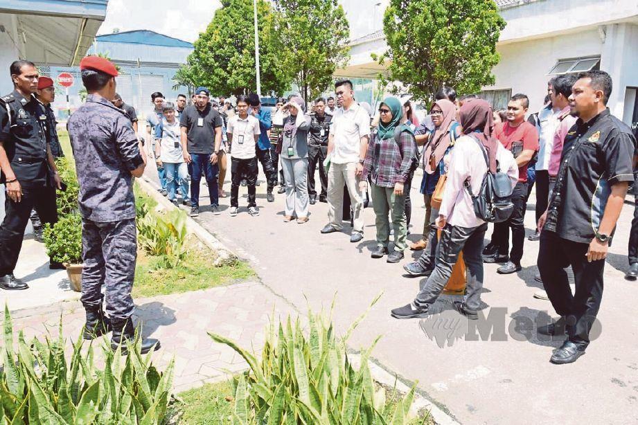 WARTAWAN dibawa melawat Depot Tahanan Imigresen Bukit Jalil, semalam.