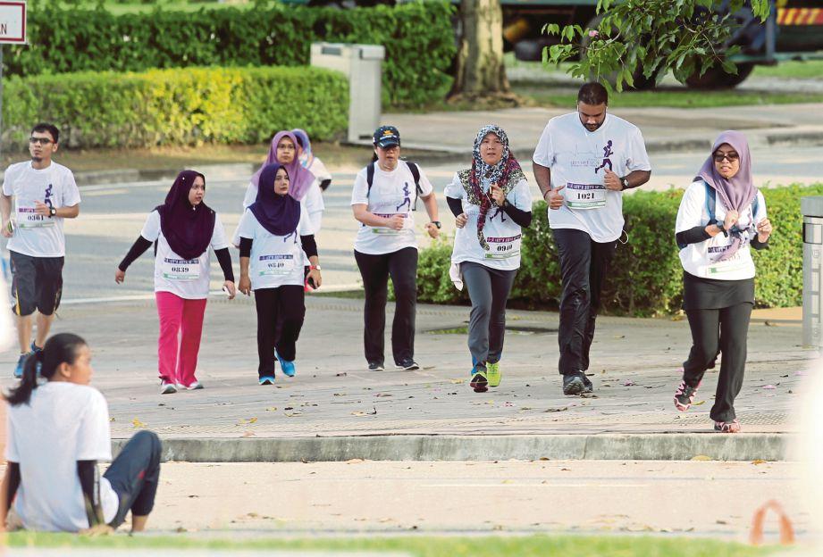 SEBAHAGIAN peserta yang mengambil bahagian pada program  6km Let's Save Lives Fun Run, Jog and Walk sempena Pelancaran Minggu Kesedaran Penderma Organ 2017 di Putrajaya, semalam.