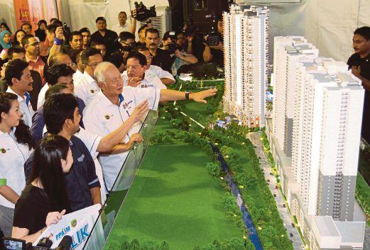 Najib melihat model perumahan PPA1M di Bukit Jalil, semalam.