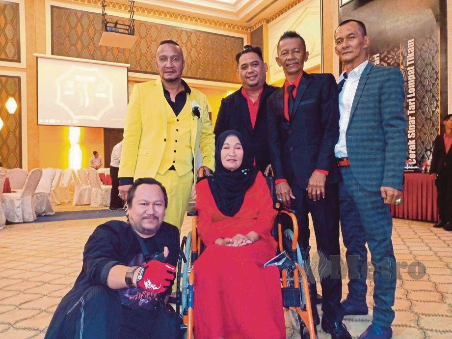 ROHAYATI (tengah) berpeluang bertemu Asheed daripada kumpulan Def Gab C (duduk, kiri) sambil diperhatikan Mohd Azam (dua dari kanan).
