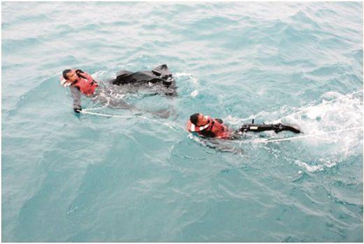 ANGGOTA Tentera Laut Diraja Malaysia kapal KD Perak menarik mayat mangsa yang ditemui terapung di Selat Karimata.