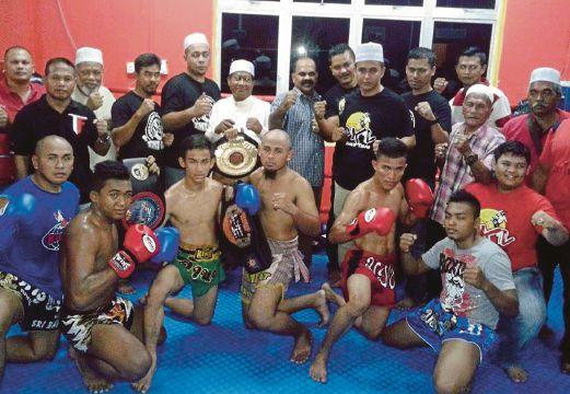 NAJMI (tengah, barisan belakang) bersama atlet dan tenaga pengajar muay thai Terengganu di AMTT.